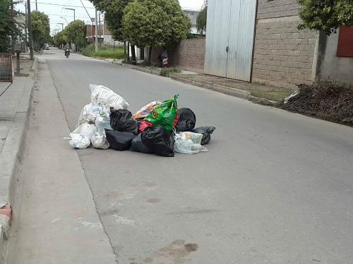 Reclaman por basura que recolectores amontonan en la calle