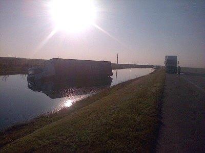Un camionero se durmió y terminó en medio de una laguna