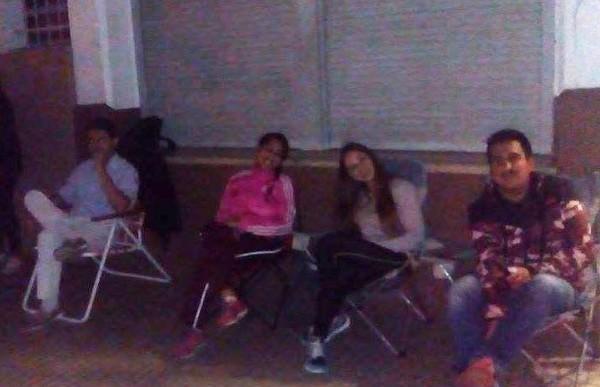 Larga espera: padres pasaron la noche por un banco en el Jardín