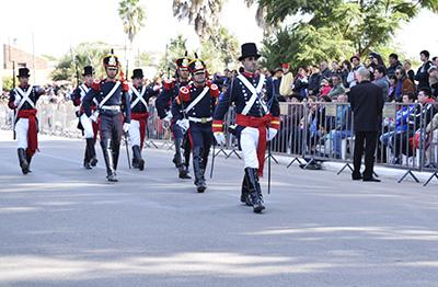 Los granaderos, abriendo el paso en calle Belgrano.