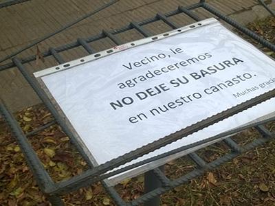 Un primer aviso para que los vecinos no le tiren basura