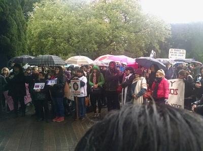"""Bajo la lluvia, marchan por """"Ni una menos"""" en el centro"""