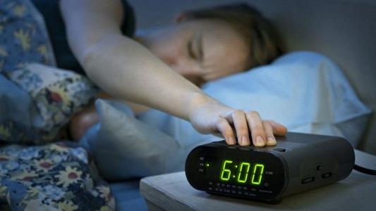 """Atrasar """"cinco minutos más"""" al despertador es nocivo para la salud"""