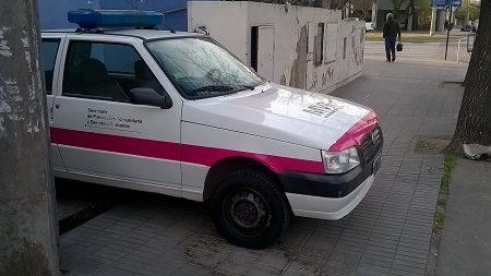 ¿Está mal estacionado este auto de la flota municipal?