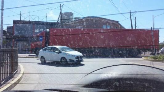 Camiones de gran porte que pasan por la rotonda de Sarmiento y Seppey