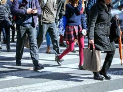 30% de peatones usan el celular mientras transitan por la calle