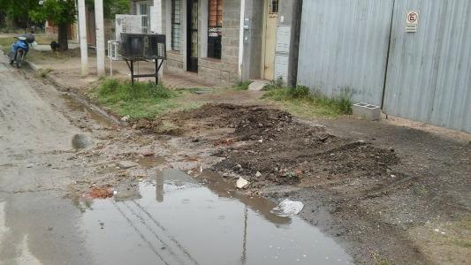 """Al vecino le retiraron escombros pero a él le dejaron la vereda """"destruida"""""""