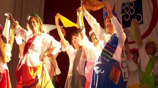 Adultos mayores que bailan folklore presentan su noche de gala