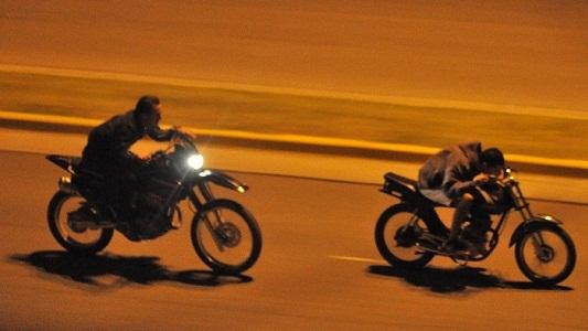 Tres motociclistas detenidos: Se dieron a la fuga y agredieron a la policía con ladrillos