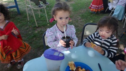 Folclore, mate y tortas fritas: así festejaron los chicos la Tradición