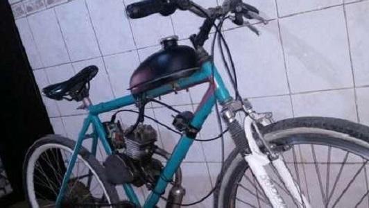 Nene de 12 años iba en bicicleta con motor y chocó