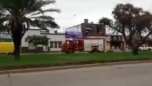 Bomberos sofocaron incendio en una planta alta