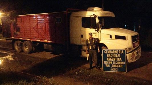 Secuestran camión con explosivos que iba sin documentación