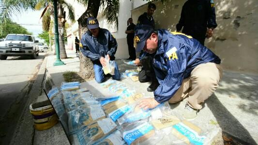 En total secuestraron 40 kilos de droga $ 1 millón y 5 autos de lujo