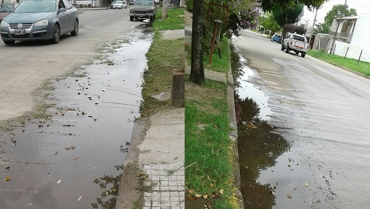 Reiteradas quejas de vecinos por agua volcada a cunetas
