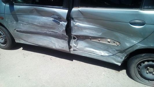 Chocaron contra un taxi: dos niños y su madre heridos