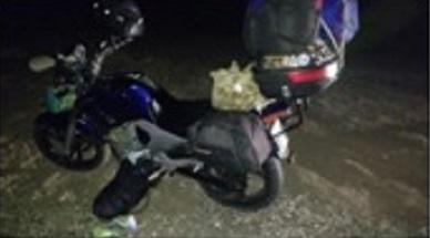 Se le reventó una goma de la moto a una pareja de viajeros