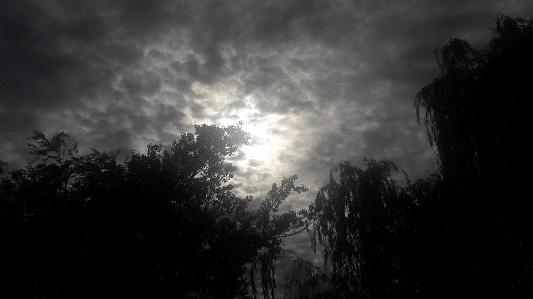 """Así """"se vio"""" a través de las nubes el eclipse solar desde Villa María"""