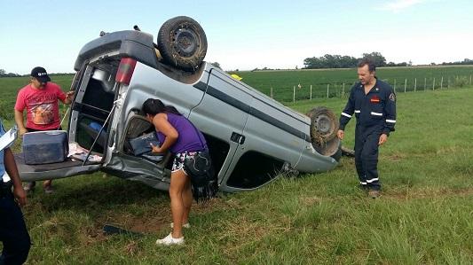 Perdió el control de su vehículo y terminó en la banquina