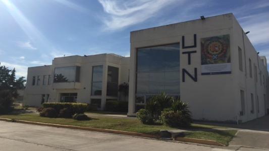 Abrazan a la UTN y dan clase pública en defensa de las universidades