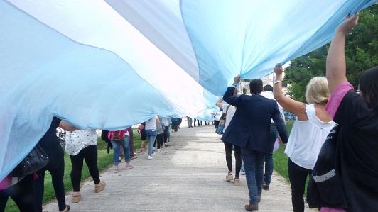 Una bandera de 90 metros acompaño a las mujeres en su día