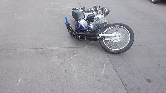 Niño en terapia intensiva tras chocar en bici con una moto