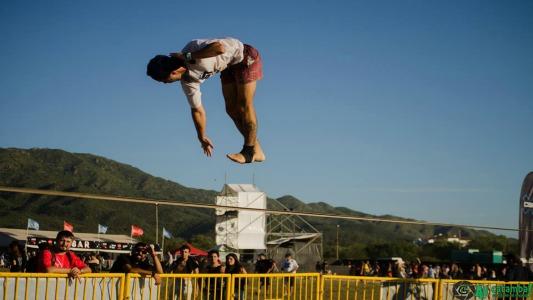 Slackline, un deporte alternativo que tiene su talento villamariense