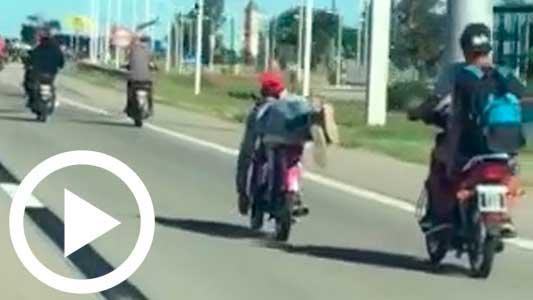 """Un """"malón"""" de motos y maniobras peligrosas en la Autopista"""