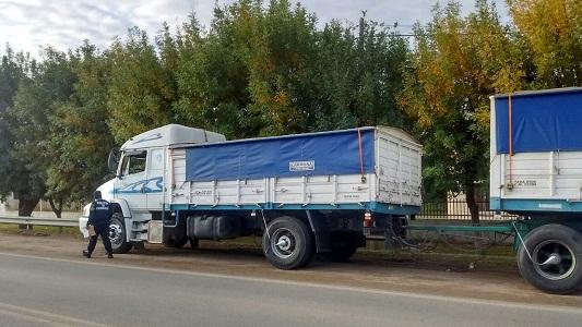 Un camión con acoplado y una moto, involucrados en un accidente