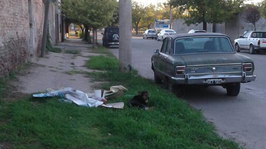 Auto abandonado y basura acumulada molesta a vecinos