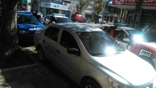 Le pegaba a su pareja adentro del auto: quedó detenido
