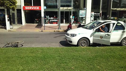 Un taxi chocó contra un chico de 14 años que iba en bici por el bulevar