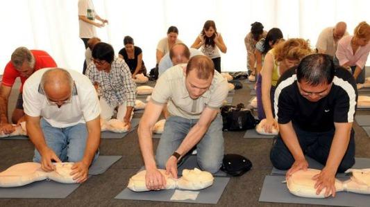 Primeros auxilios para salvar vidas: curso en la sede de la Cruz Roja