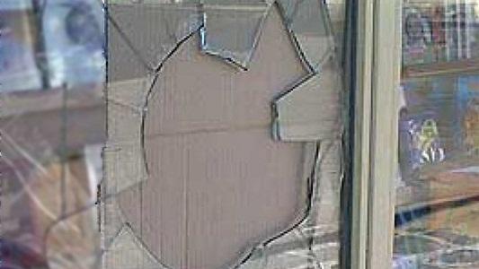 Perdió el control de la moto y se estrello contra una vidriera