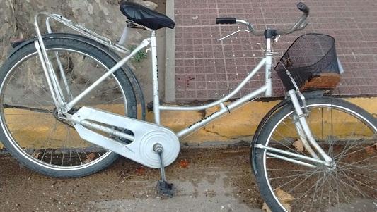 Una mujer abrió la puerta del auto y una bici la chocó