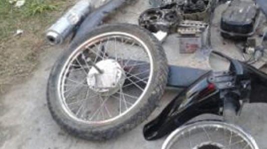 Dos adolescentes saltaron la tapia y se llevaron partes de una moto
