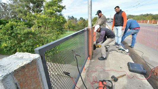 El puente Alberdi ya luce sus nuevas barandas metálicas