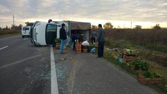 Volcó un camión cargado con verduras cerca de Luca