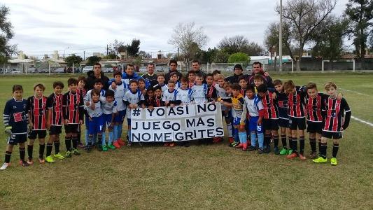 Niños de fútbol infantil salieron a la cancha pidiendo que no les griten