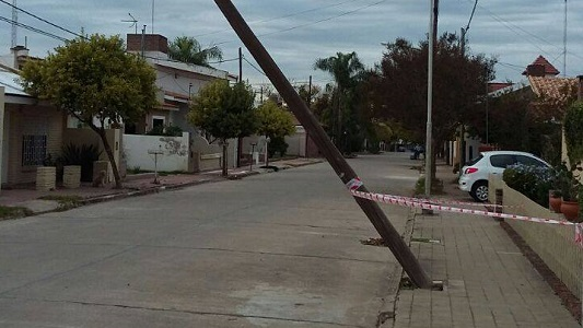 Vecinos preocupados por un poste de luz punto de caerse