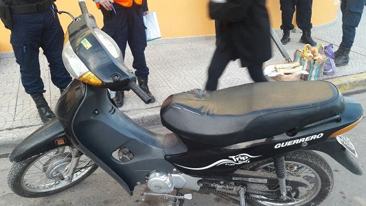 Una joven se cayó de la moto y se lesionó levemente