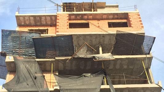 Vecinos preocupados por un tejido a punto de caerse de una obra