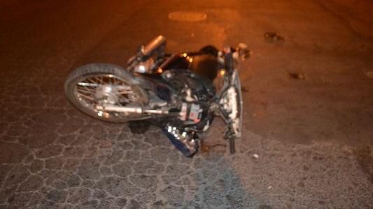 Choque y fuga de una moto: un joven se fracturó la muñeca