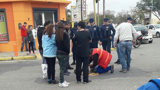 Mujer iba cruzando la calle y se desplomó en pleno bulevar
