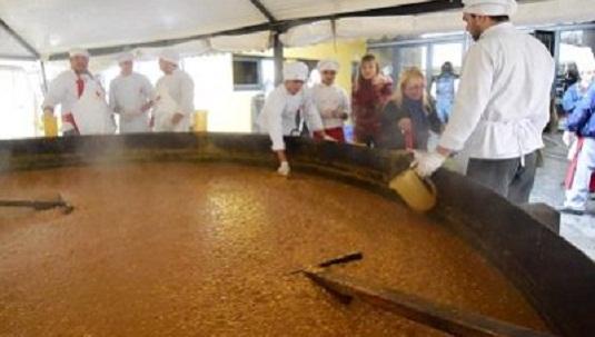 A festejar la Independencia con mate, tortas fritas y el locro más grande del mundo