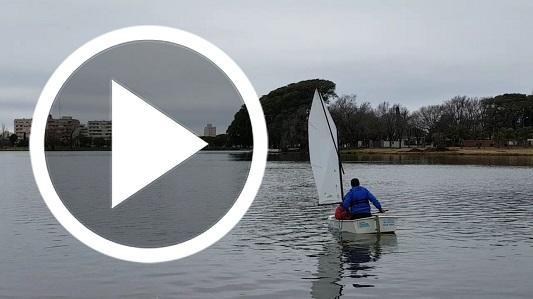 Mirá cómo es andar en un barco a vela por el Balneario