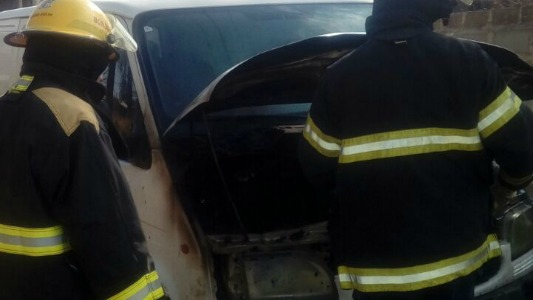 Bomberos acudieron al incendio de un vehículo en Villa Nueva
