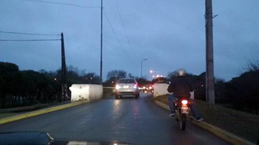Caos en el puente Negro por falta de semáforo: no se ponen de acuerdo