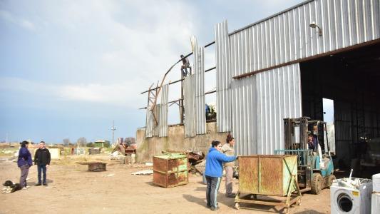 Reconstruyen los galpones destruidos por la tormenta de enero