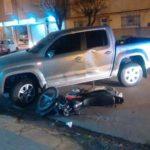 choque noche moto camioneta